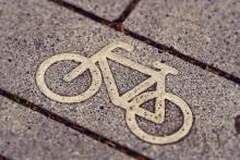 Fahrradsymbol auf einem Pflasterstein