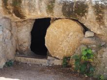 Felsgrab mit weggerolltem Stein