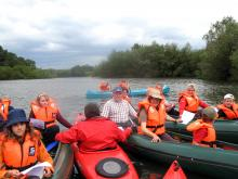 Meditative Kanutour - Ein Floß aus Kanus