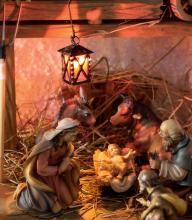 Krippendarstellung mit Maria, Josef, Jesus, Ochse, Esel und Hirte