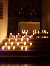 brennende Kerzen in der Dreieinigkeitskirche