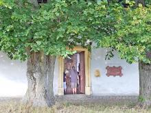 Offenes Portal der Adelgundiskapelle.